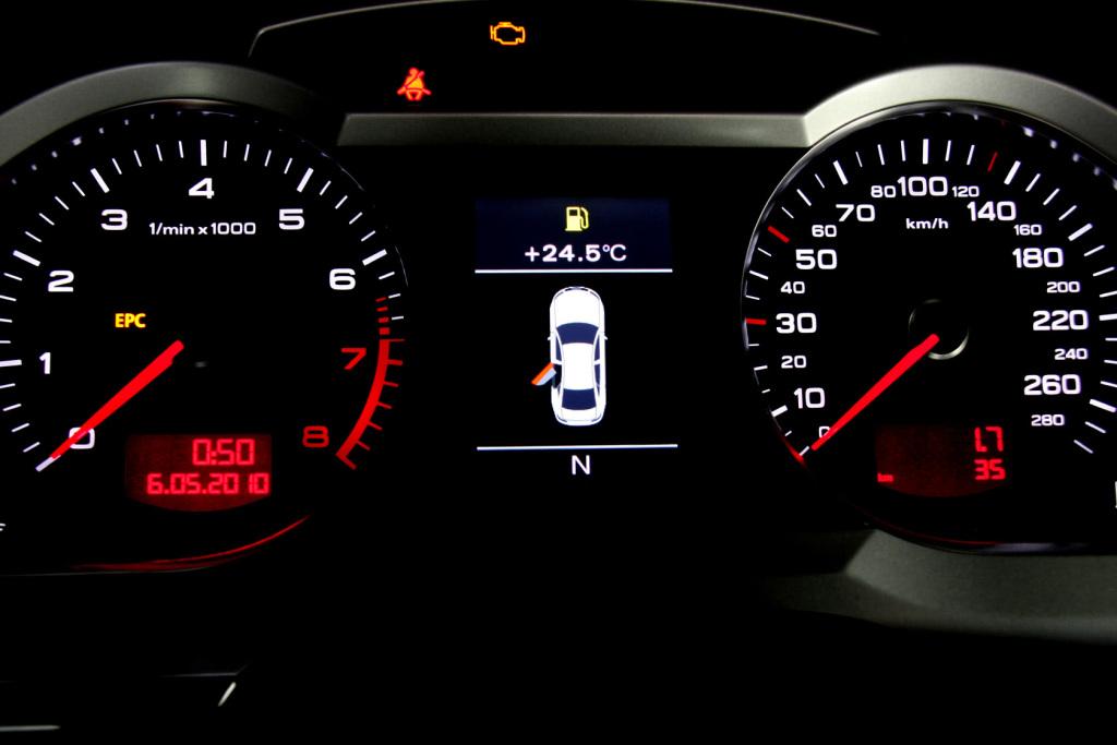 奥迪a6l仪表盘背光显示;; 奥迪a6l 2011款; 仪表盘背光显示