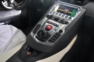 Aventador 中控台音响控制键