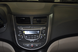 瑞纳三厢中控台音响控制键图片