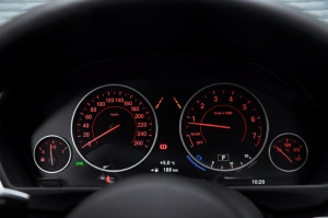 宝马3系仪表盘背光显示图片