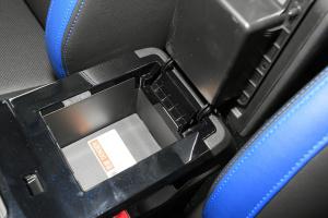 帝豪EV300前排中央扶手箱空间