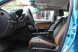 比亚迪秦EV300 前排空间