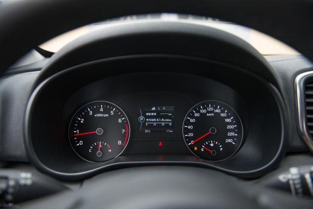 内饰方面,KX5的中控台采用经典的T字型布局,并略微偏向驾驶员侧。中控显示屏区域和空调控制区域分别采用银色和亮黑色烤漆装饰,增加了内饰的豪华氛围感。