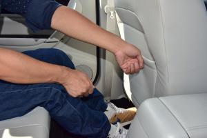 景逸S50 EV后排腿部空间体验