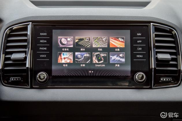 斯柯达KAROQ柯珞克的内饰整体设计风格年轻、时尚。新车配备了大尺寸多媒体触控屏、一键启动、自动驻车、电子手刹、座椅加热/通风、自动泊车、全景天窗、多功能方向盘等,配置较为丰富。