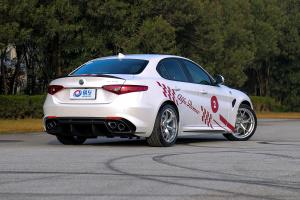 阿尔法·罗密欧Giulia侧后45度车头向右水平图片