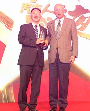 邵奇惠为长安汽车颁发中国汽车研发奖
