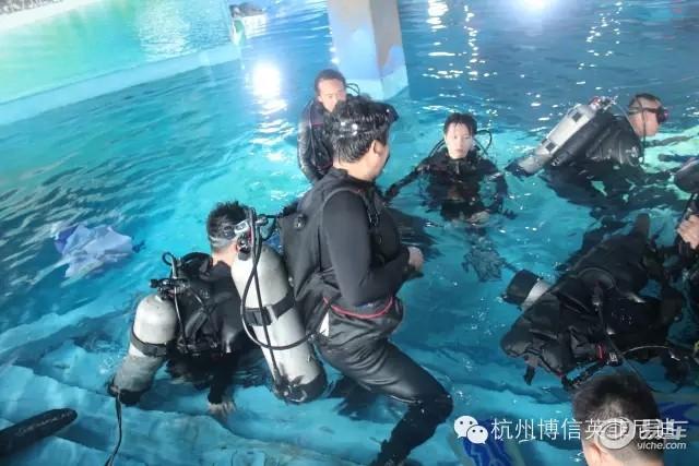 5月30日,敢爱之旅 英菲尼迪苏州亲子潜水活动在杭州博信英菲尼迪盛大开启。  这次潜水带队的韩颋教练是蓝旗国际潜水俱乐部的总教官,PSAI教练训练官、SSI教练长、PADI名仕潜水员训练官。有10多年的潜水经验,中国唯一全能型教官。在潜水教学上有自己独特的见解,人也很nice哟!  启动仪式,时尚、动感的英菲尼迪车队有序的前进,车队在杭州标志性建筑物---黄龙体育馆合影留恋。  合影留念完毕大部队兴奋地向我们的目的地前进。  午餐后稍作休息,客户在参观海洋馆后再一起去体验神秘的潜水运动。  苏州海洋馆