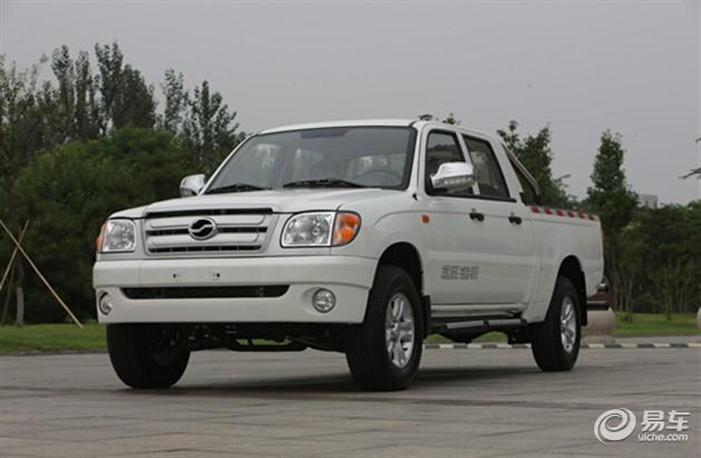 中兴小老虎基于威虎平台研发而来,整体造型沿袭欧美风格,前脸饱满,车身腰线彰显硬派;内饰采用威虎TUV飞翼运动仪表板、深色内饰。全系车型标配ABS+EBD系统、倒车雷达、货厢防滚不锈钢护栏主被动安全配置。  动力方面,中兴小老虎搭载了一台型号为4D25U的2.5T涡轮增压柴油发动机,最大功率62kW,最大扭矩为225Nm,与之匹配的是一台5挡手动变速箱。前悬架采用双横臂独立悬挂;后悬挂采用5片高强度可变力