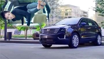 凯迪拉克XT5美女车内练瑜伽
