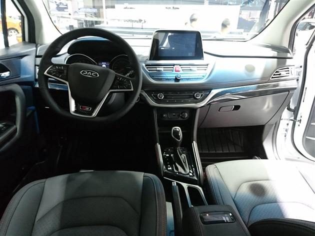 内饰方面,新车新增了一款黑棕的配色,并加入了后排中央头枕,后备厢也改为全平设计。此外,8英寸中控屏、无钥匙进入/一键启动、全景摄像头等配置也是首次加入。