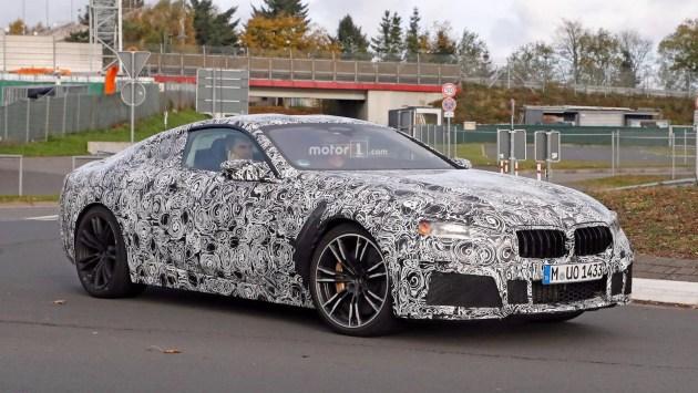 外形方面,全新宝马M8车身线条非常优雅,体现运动感的同时也极具时尚感。前脸部分拥有夸张的前包围,运动风格十分明显。车尾则搭载了双边共四出式排气,这一细节突显了更多的运动气质。
