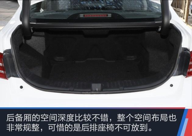 内饰的风格和现款在售车型完全一致,12.8英寸的大屏幕以及全液晶仪表是两个比较抢眼的科技与实用配置,同时这个棕色的内饰也进一步提升了整车内部的豪华感。