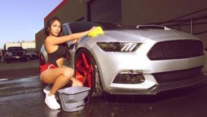 美女钟爱性能跑车 福特Mustang GT烧胎