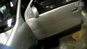 流淌木池河的众泰2008汽车在装饰