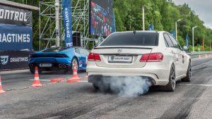 直线加速 奔驰E63 AMG完胜兰博基尼宝马