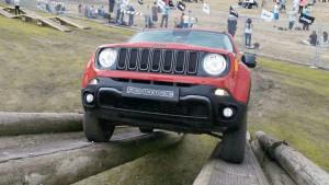 场地体验Jeep多款车型 自由侠玩跷跷板