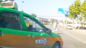 被连变两车道的出租车逼停