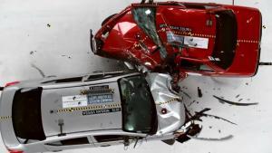 2016款日产Versa 对撞2015款日产Tsuru