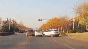 女司机转弯不减速 肇事逃逸