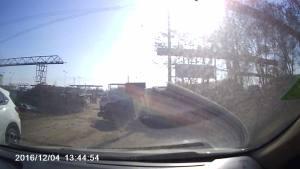 三轮翻车  司机果断下车帮忙 满满的正能量