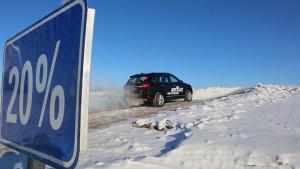 自主高端SUV 哈弗H8冰面爬坡如履平地