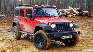 Jeep牧马人霸气越野 不惧泥泞强悍涉水