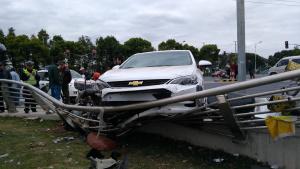 新车上路油门当刹车酿惨祸,一根栏杆救了司机一条命