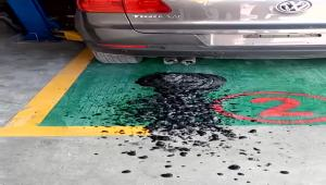 这个车怎么回事,拉这么多油泥