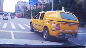 开车第一要注意安全 不能和别人比狠