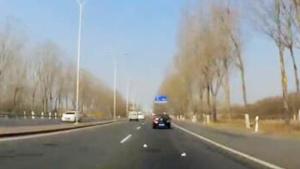 汽车行驶中乱扔垃圾影响后车安全