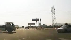 路口险些撞车