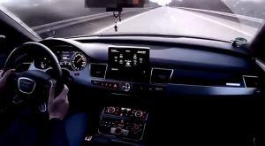 奥迪A8高速超了法拉利的车,一会儿奥迪就只能吃土了