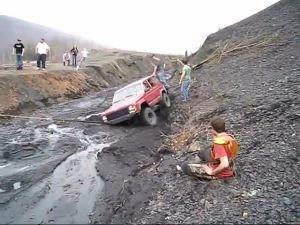 热心皮卡救援深陷泥坑的切诺基要命一拉受伤了