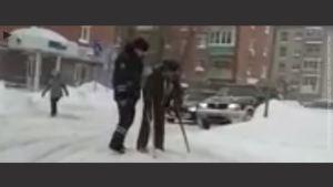 俄罗斯警察在冰冷的道路上熊抱残疾人过马路,值得表