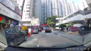 轿车倒车险些撞倒行人