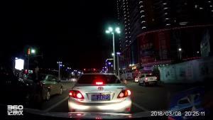 红绿灯路口,中间车道宝马追尾卡罗拉