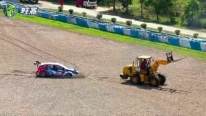 只有我铲车才能弄动你赛车