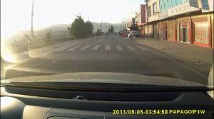 车辆右拐干翻女骑手