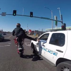 摩托车公路特技让旁边的司机竖起大拇指