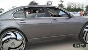 辆宝马七系一出场,奔驰S600都不敢随意超车!