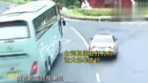 大巴车逼停小轿车 司机挥舞扳手吓得女司机冲进玉米地