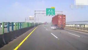 高速路大货车耍流氓小轿车被活生生刮了一层皮