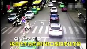 老爷爷过马路 交警将摩托车停在直行路口阻挡来往车辆