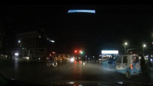 行人占据右转车道