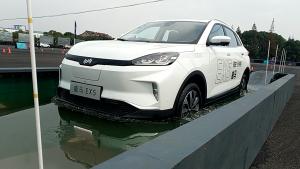 威马EX5涉水测试,电动车涉水无压力