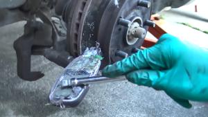 用生命冒险,国外小伙用诺基亚做汽车刹车钳
