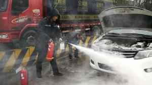 40度的高温,汽车没有空调房可待,会被晒坏吗?