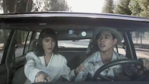 李连杰在美国开Jeep,美女教练全程指挥,让人羡慕