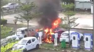 网友拍到楼下电动汽车自燃起火,这次是谁家的锅?